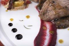 里脊肉用辣椒酱,水煮的土豆和两不同蔬菜泥15close上升射击 免版税库存照片
