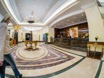 里茨卡尔顿旅馆大厅和总台在莫斯科,俄罗斯 免版税图库摄影