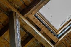 从里边天窗 关闭与老木屋顶窗和w 免版税库存照片