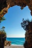 从洞里边的美好的透明的海视图 免版税库存图片