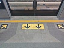 里里外外队列的箭头标志在火车站 免版税库存图片