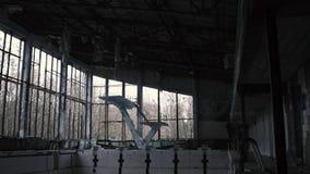 里面一被抛弃的游泳场,在切尔诺贝利的平底锅,Pripyat,乌克兰中 股票视频