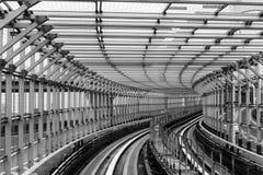 里面东京运输系统线通过Odaiba桥梁 库存照片