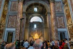 里面梵蒂冈圣伯多禄大教堂 免版税库存照片