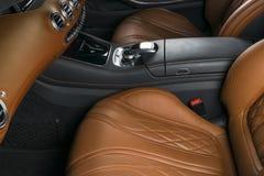 里面现代豪华汽车 声望现代汽车内部  舒适的皮革位子 布朗穿孔了皮革驾驶舱 指点 库存照片