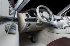 里面现代豪华汽车 声望现代汽车内部  舒适的皮革位子 红色和白色穿孔的皮革驾驶舱 库存照片