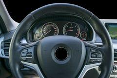 里面现代豪华汽车 声望现代汽车内部  黑穿孔的皮革驾驶舱 方向盘和仪表板 自动贩卖机 免版税库存照片