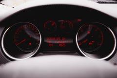 里面现代豪华汽车 : 黑色穿孔了皮革驾驶舱 方向盘和仪表板 免版税库存照片