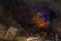 里面看法与五颜六色的光的borra洞, Araku谷,维沙卡帕特南安得拉邦,印度, 2017年3月04日 图库摄影