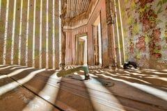 里面看法其中一个被放弃的房子在Kolmanskop鬼城在LÃ ¼ deritz附近的在纳米比亚 免版税库存照片