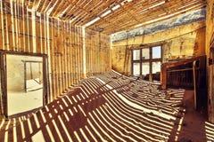 里面看法其中一个被放弃的房子在Kolmanskop鬼城在LÃ ¼ deritz附近的在纳米比亚 库存图片