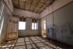 里面看法其中一个被放弃的房子在Kolmanskop鬼城在LÃ ¼ deritz附近的在纳米比亚 免版税图库摄影
