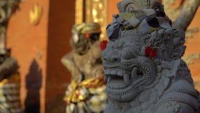 里面石雕象慢动作射击普里Saren奥斯陆王宫在巴厘岛的Ubud村庄 背景旅行的袋子护照白色 股票视频