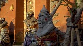 里面石雕象慢动作射击普里Saren奥斯陆王宫在巴厘岛的Ubud村庄 背景旅行的袋子护照白色 股票录像