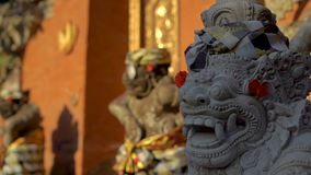里面石雕象慢动作射击普里Saren奥斯陆王宫在巴厘岛的Ubud村庄 背景旅行的袋子护照白色 影视素材