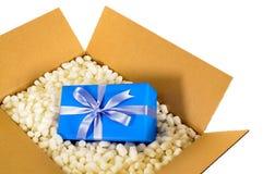 里面纸板运输交付箱子蓝色的礼物和多苯乙烯包装的片断 图库摄影