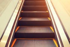 里面自动电梯阶梯 免版税库存图片