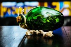 里面金币四叶子三叶草绿色罐明亮的背景帕特里克花瓶 图库摄影