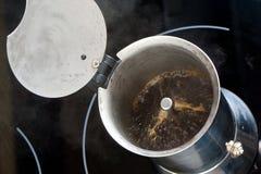 里面铝咖啡壶 库存图片