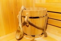 里面经典木蒸汽浴 桶细节在蒸汽浴的 库存照片
