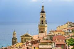 里维埃拉镇与海和教会的芒通视图 库存照片
