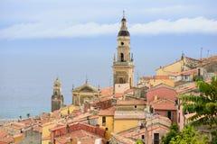 里维埃拉镇与海和教会的芒通视图 免版税库存图片