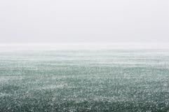 重下雨在湖 免版税库存图片