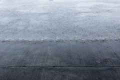 重下雨在水泥地板上 摄影师拍了下雨的照片,当风雨棚在从雨时的屋顶下 库存图片