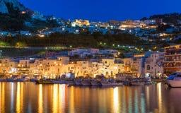 重创小游艇船坞美好的夜的视图,卡普里海岛,意大利 免版税库存照片