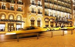 重创的不列塔尼旅馆有圣诞节装饰光的雅典希腊夜摄影  免版税库存照片