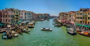 重创的卡纳莱,大运河在威尼斯,意大利,从威尼斯大石桥桥梁的看法 免版税库存照片