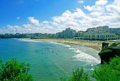 重创的色球海滩在比亚利兹,法国 免版税库存图片