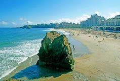 重创的色球海滩在比亚利兹,法国 库存照片