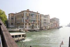 重创的运河和Ponte小山谷` Accademia,威尼斯,意大利 免版税库存照片