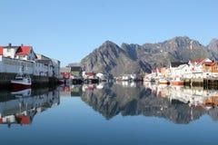 重创的运河lofoten镜子s 库存照片
