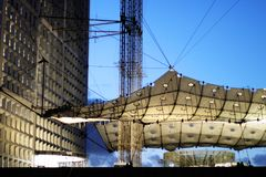 重创的arche La防御在巴黎日落的法国商业区 库存照片