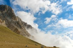 重创的Corno, Gran Sasso,高足迹,拉奎拉,意大利 免版税库存照片