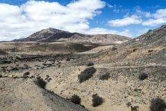 重创的Hacha,在Papagayo海滩附近的山在兰萨罗特岛,加那利群岛 库存图片