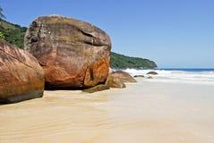 重创的Ilha :在海滩普腊亚的岩石大步慢跑mendes,里约热内卢状态,巴西 免版税库存图片
