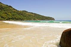 重创的Ilha :在海滩普腊亚的岩石大步慢跑Mendes,里约热内卢状态,巴西 库存照片