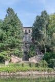 重创的Naviglio (米兰、伦巴第,意大利),历史的别墅Clerici和运河 免版税库存图片
