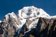 重创的Siula,山脉Huayhuash,秘鲁 免版税库存照片