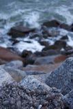 重叠由海的一块大石头 图库摄影