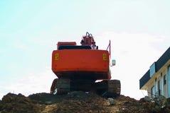 重土搬家工人,挖掘机在大量掘土的w期间的装载者机器 库存图片