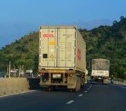 重型卡车在1A高速公路运行在芽庄市,越南 免版税库存照片