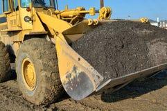重型建筑装载者移动的石渣 免版税库存图片