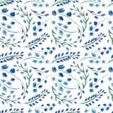 重复与水彩明亮的蓝色花的样式 图库摄影