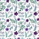 重复与水彩紫罗兰色花、莓果和绿色草本的样式 免版税库存照片