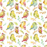 重复与水彩绿色和黄色鸟的样式 免版税库存图片