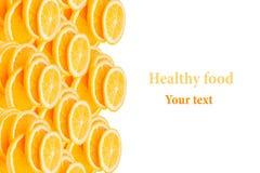 重复堆的样式在白色背景的切的桔子 堆切片水多的桔子 库存图片